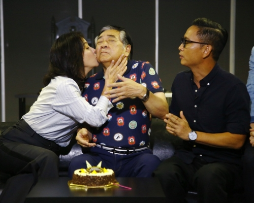 秦沛預祝74歲生日 劉嘉玲謝君豪吻賀