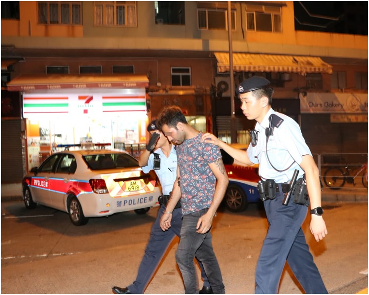 警方拘捕其中一名男子。