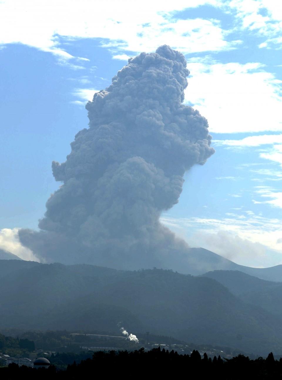 日本新燃岳火山6月22日早9時9分左右發生劇烈噴發。(網圖)