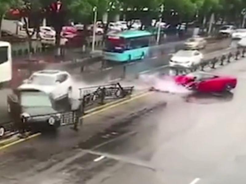 法拉利狂飆S型失控行走,撞欄又撞寶馬,車頭瞬間毀壞,被網民稱為「最貴車禍」。(網圖)