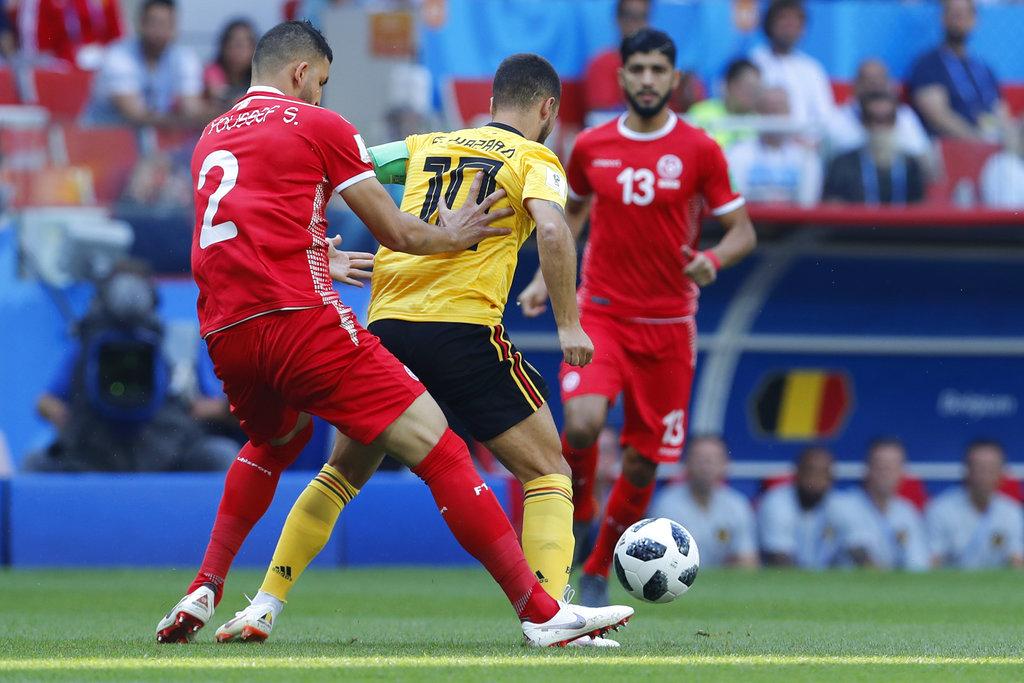 比利时夏萨特被突尼西亚施安宾尤素夫争控球。AP图片