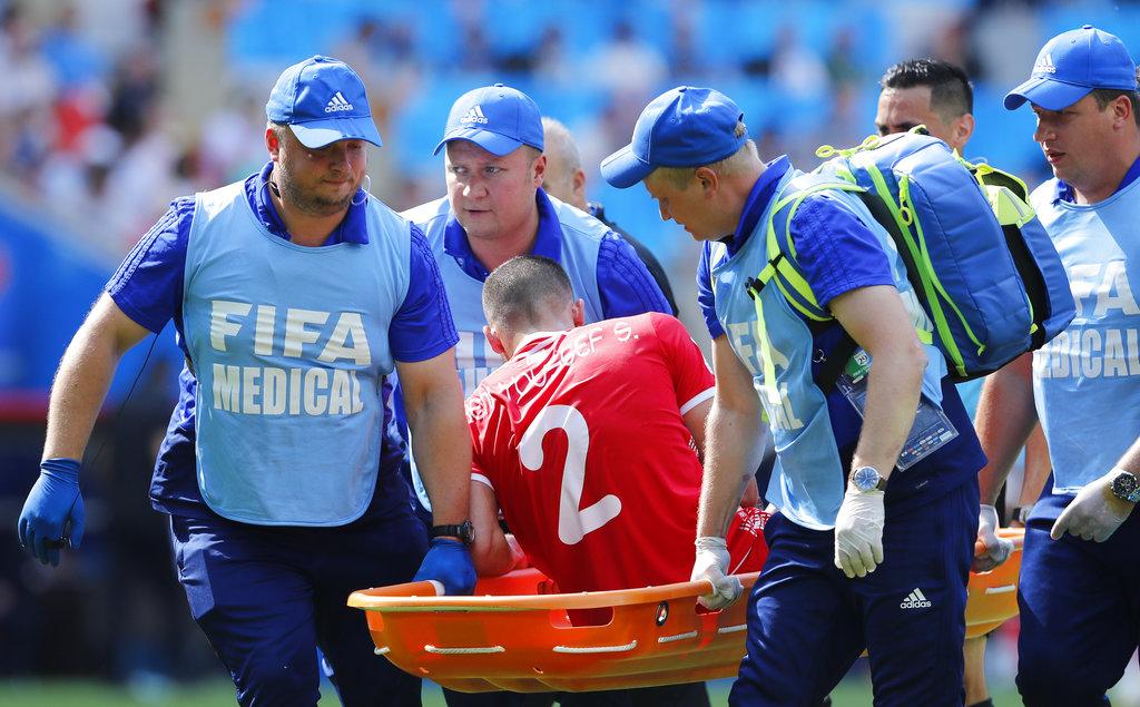 突尼西亚施安宾尤素夫受伤,要担架送出场。AP图片