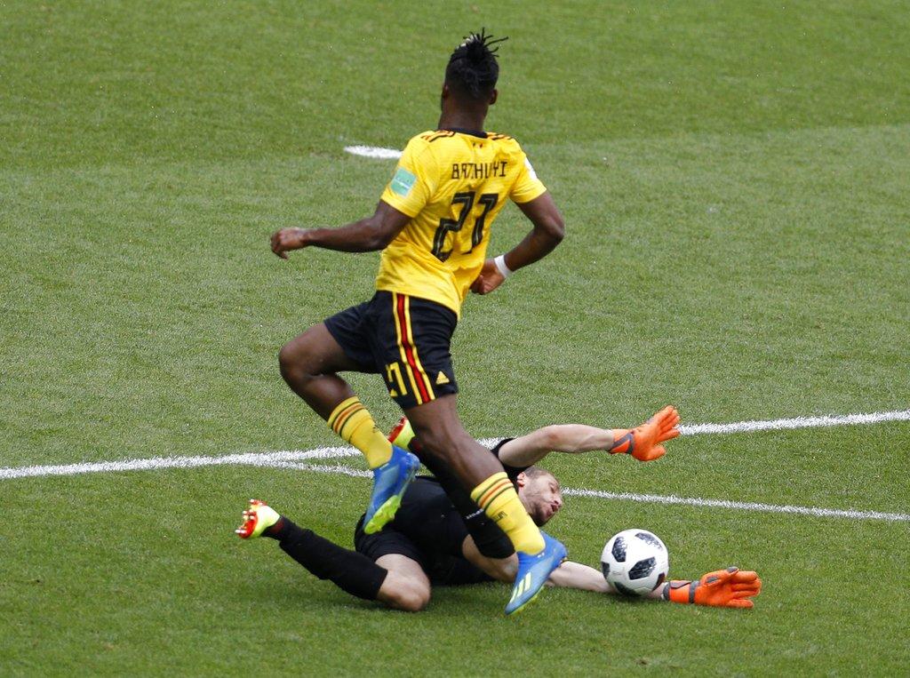 比利时巴舒亚伊摆脱突尼西亚门将后尝试射门。AP图片