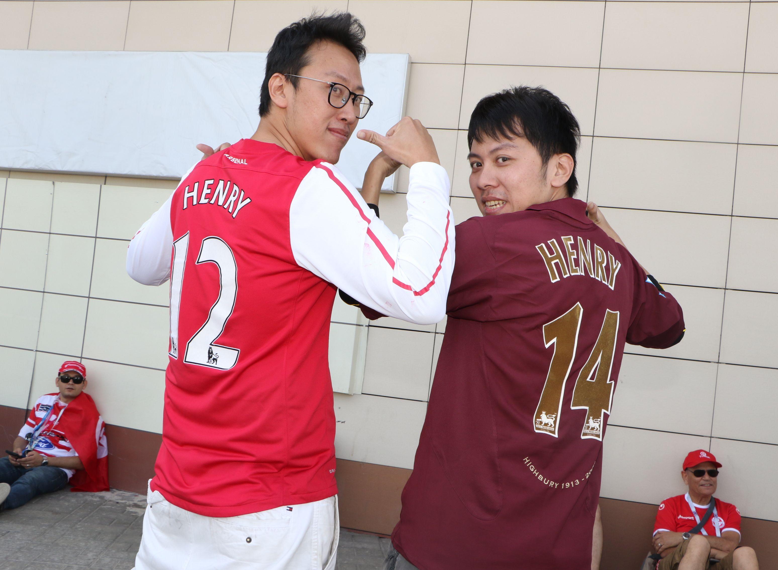 來自台灣的兩兄弟,分別穿上槍手○六年特別版球衣及一二年亨利由紐約紅牛回巢助拳的球衣為其打氣。