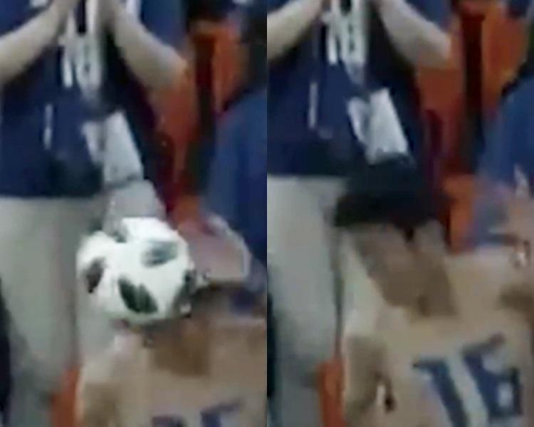 日本球迷球员上身顶走「蓝天射球」。影片截图