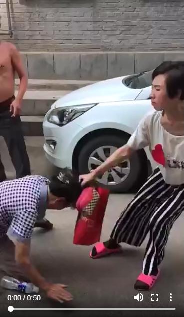 王女由街上將其母拖行至馬路中心。(網圖)