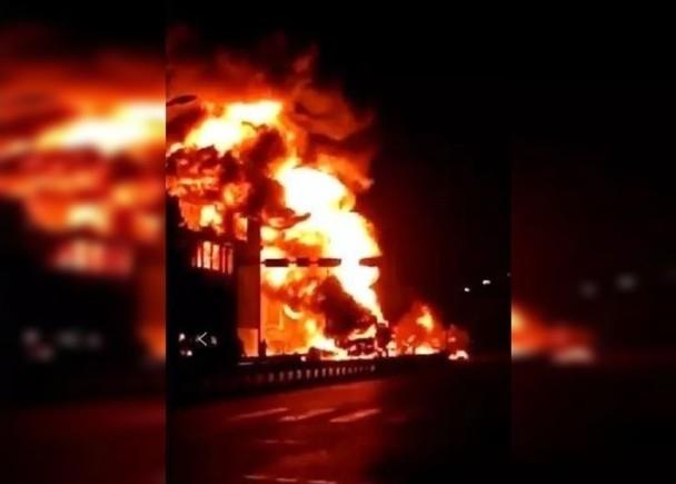 安徽穎上縣兩車追尾引致鄰近住宅起火,已致8死4傷。(網圖)