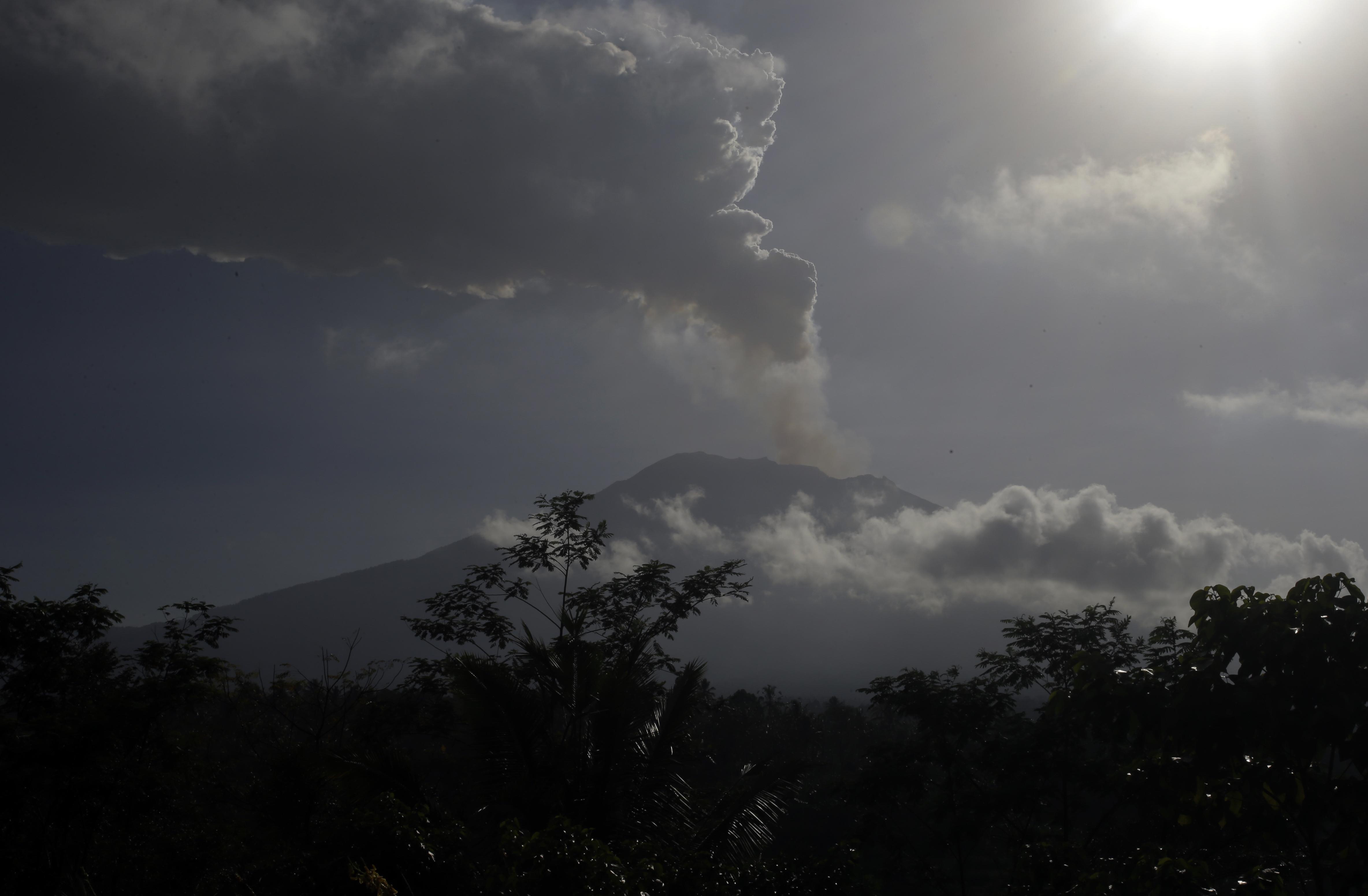阿貢火山晚再度爆發,噴出的火山灰高達2500米。AP