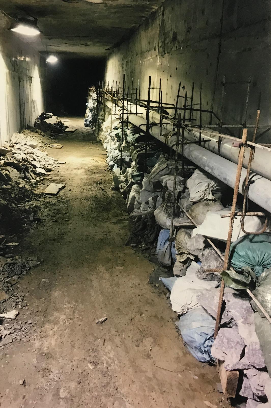 其中一張照片展示了土瓜灣站堆積的建築廢料。