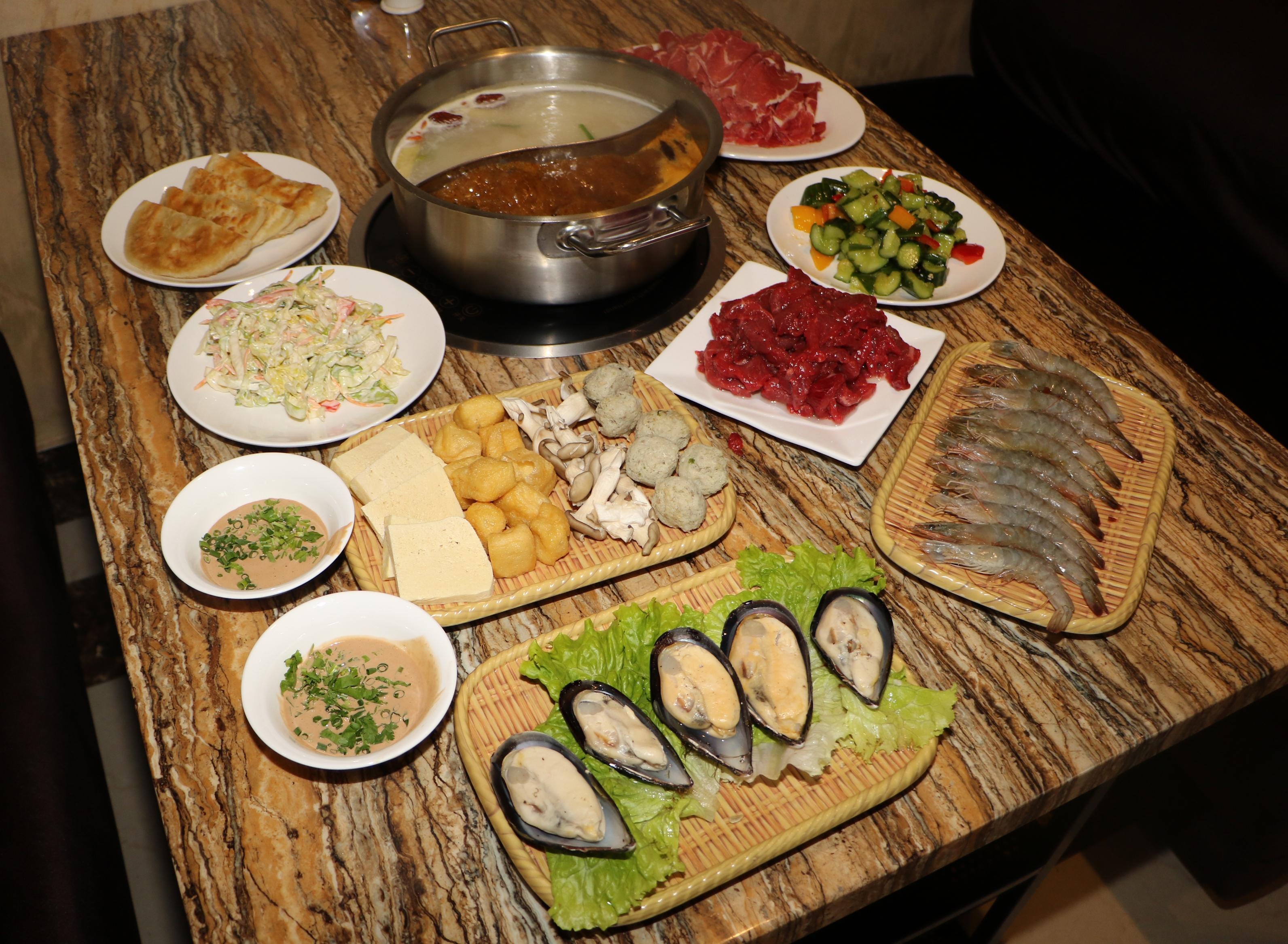 飯店主打任食火鍋,材料及餐廳布置中國味十足。