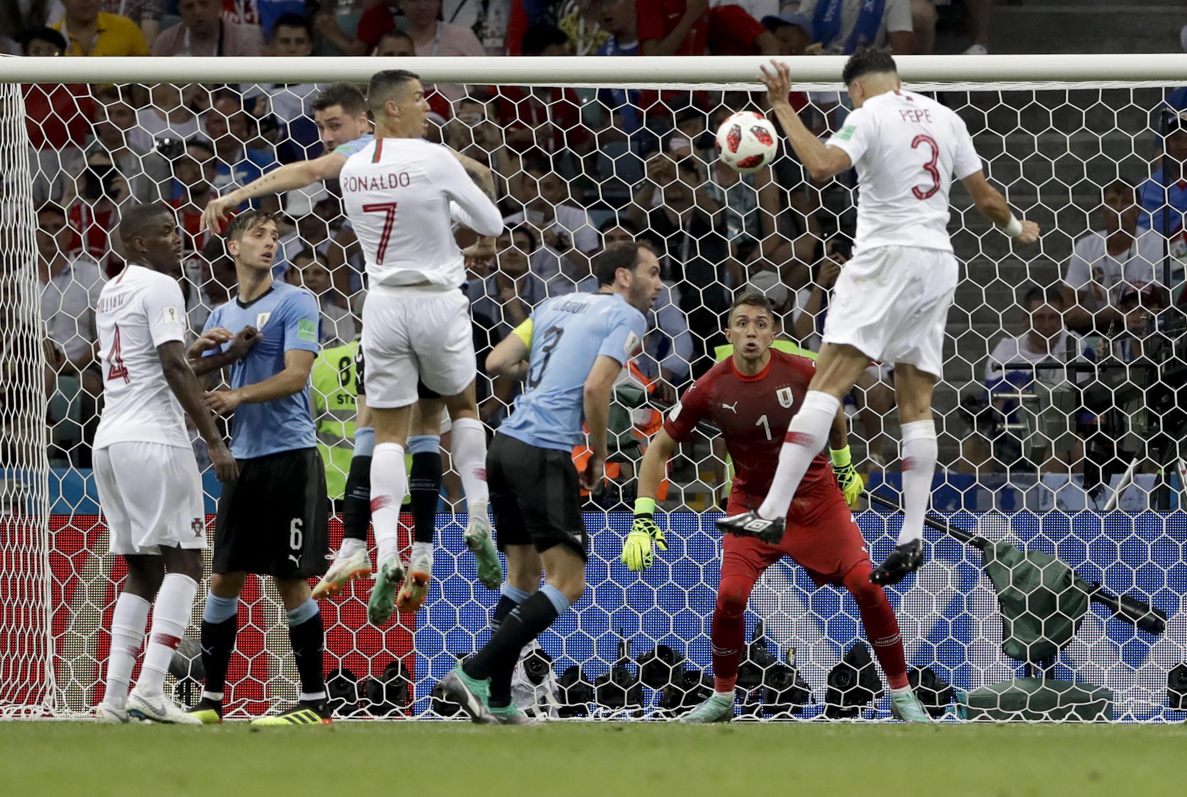比比接應傳中,在無人看管下頭槌破網,為葡萄牙追成1:1平手。AP