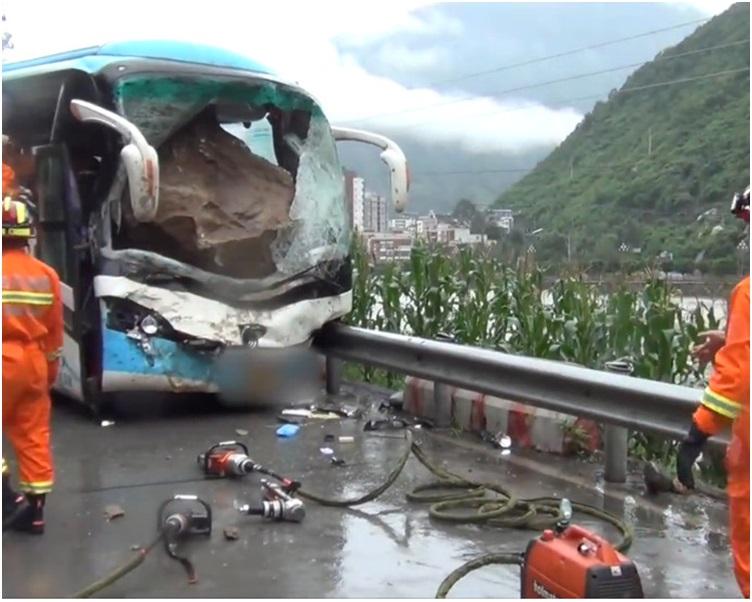 旅遊巴車頭嚴重損毀,司機被壓死。網圖