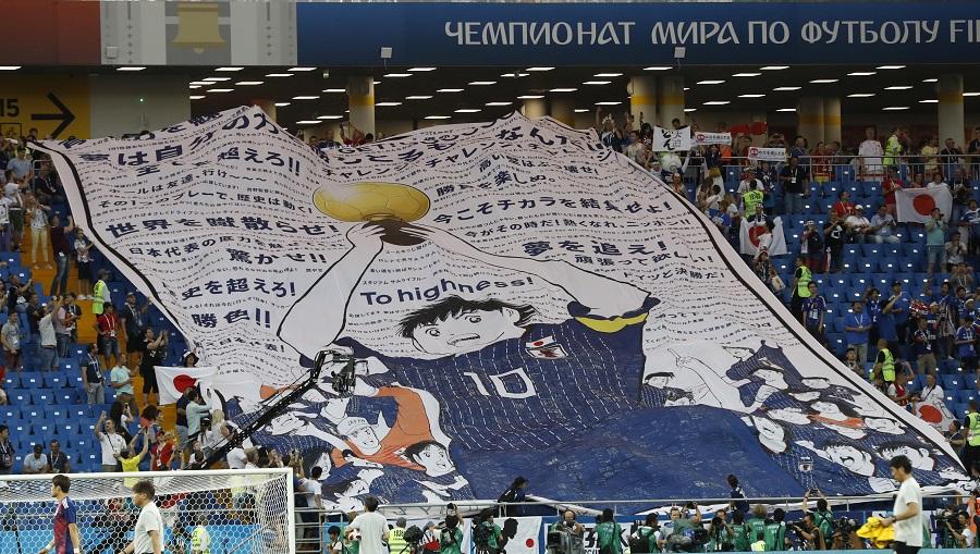 數十名日本球迷在看台上展示了《足球小將》巨型海報,為日本隊打氣。美聯社