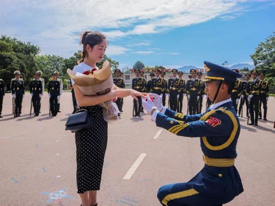 駐港解放軍在隊友協助下向妻子補辦求婚。網上圖片
