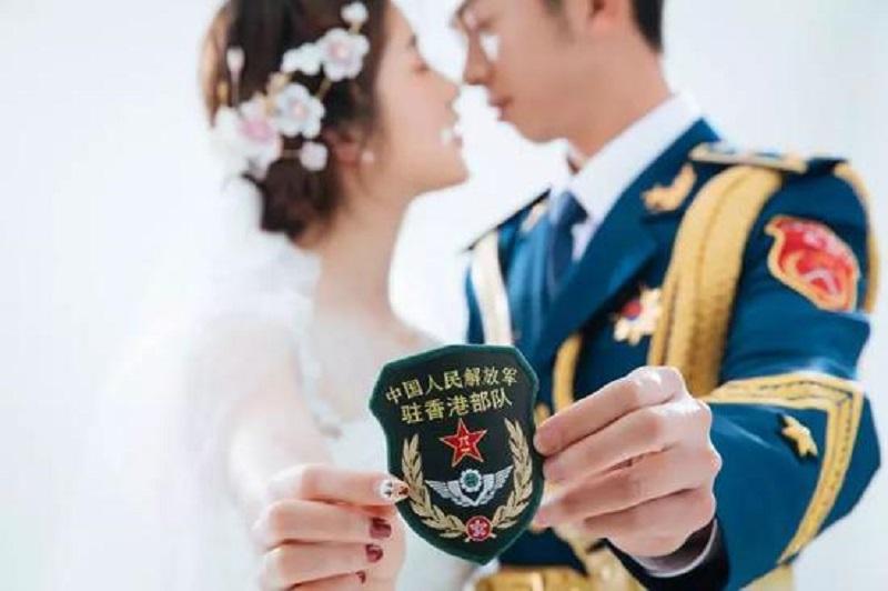 駐港解放軍隊員楊振宇與愛人廖冰冰。網上圖片