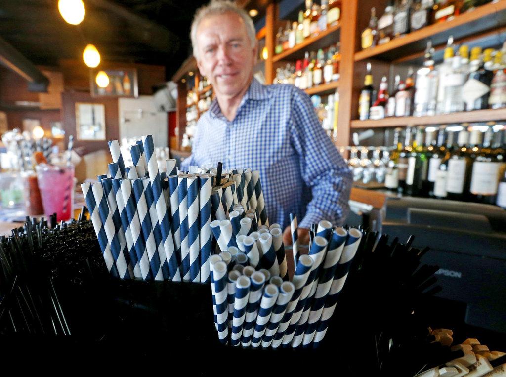 西雅圖餐廳禁止提供膠飲管及餐具。AP圖片