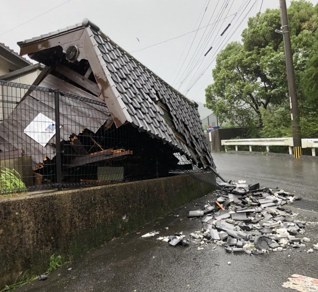 在長崎更有房屋屋頂倒塌。網上圖片