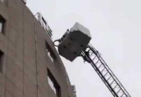 消防員架起雲梯救出被困人員。(網圖)