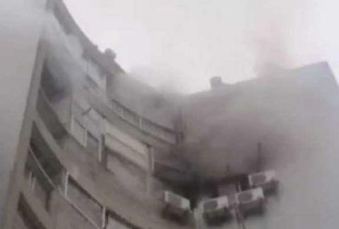 酒店起火房間不斷冒出濃煙。(網圖)