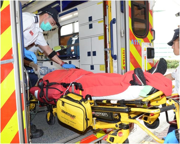 女子被救上岸後由救護車送往將軍澳醫院治理。歐陽偉光攝