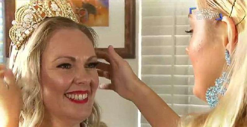 史賓利為母親戴上后冠。
