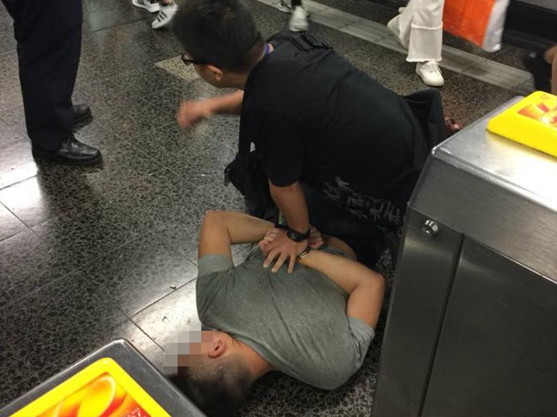 尖沙嘴站內小偷遭便衣警員制服。facebook群組(巴打絲打 Facebook Club)圖片