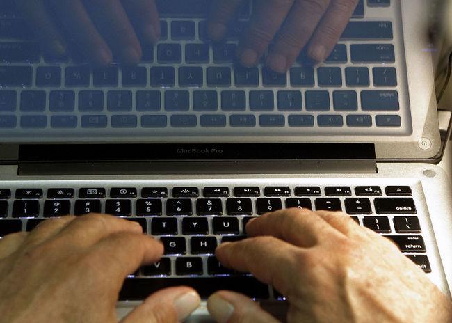 馬鞍山女子網上行騙女網友25萬元被捕 。AP圖片