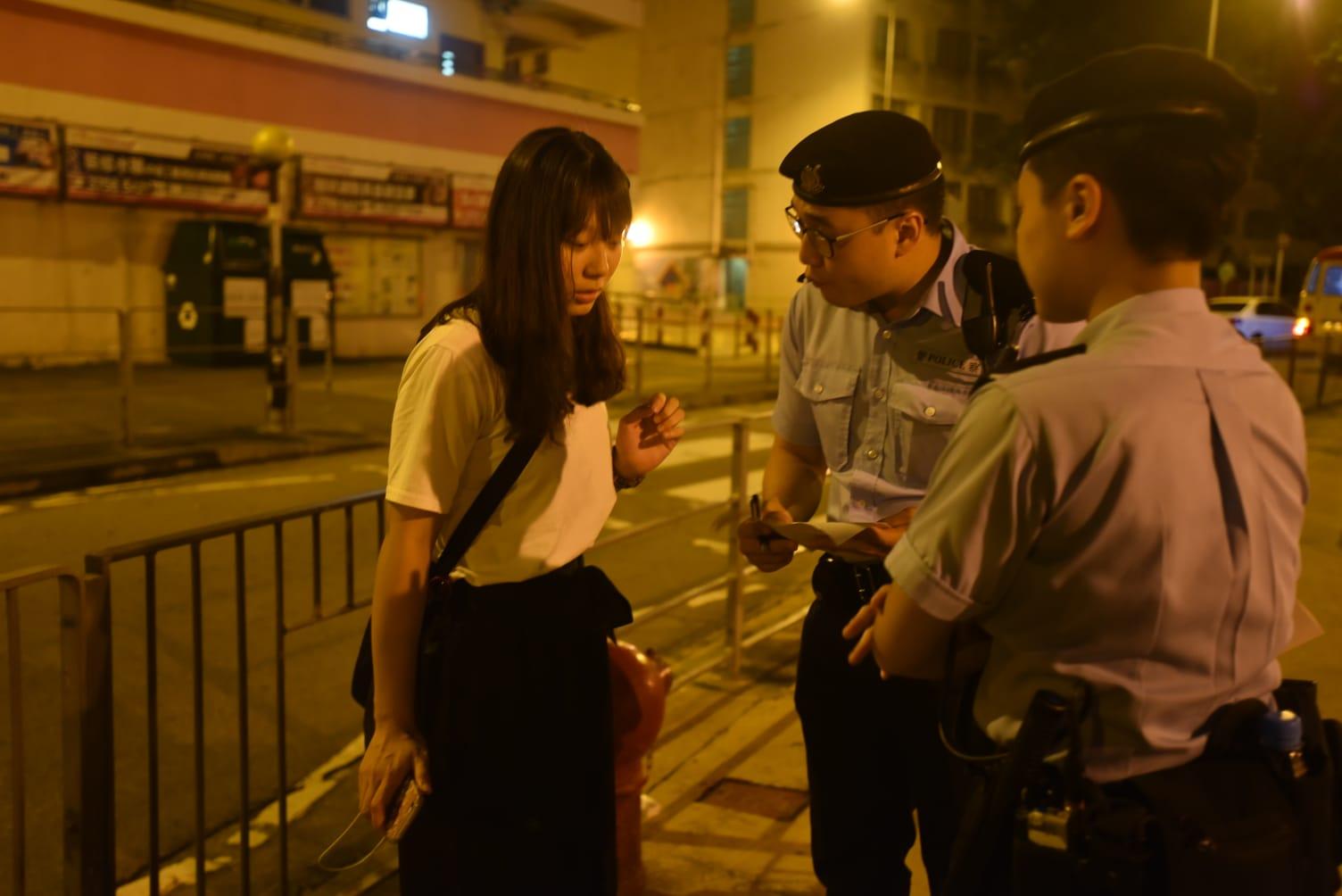 警員向途人進行問卷調查。
