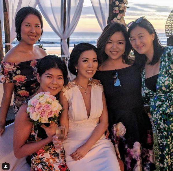 新娘子與女友人合照