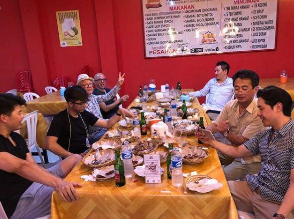 婚禮前一日吳忠義跟包括兩個兒子在內的家人及老友聚餐。