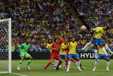 比利時開出角球,巴西中場費蘭甸奴在禁區內「擺烏龍」,將皮球頂入網。