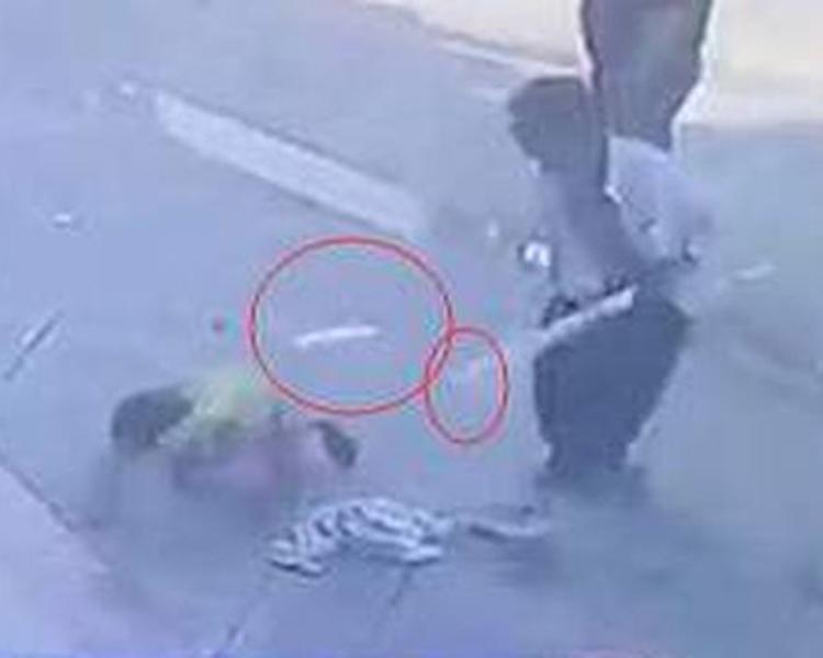幼童跌倒後跪在地上求饒,但男子沒有理會。片段截圖