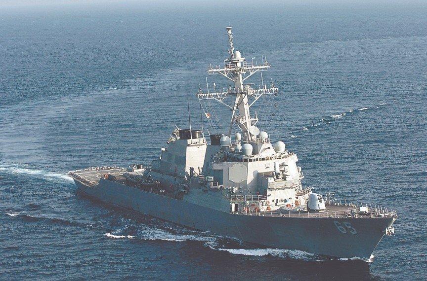 美國DDG-89及DDG-65兩艘飛彈驅逐艦航經台灣海峽。AP圖片