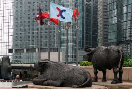上周五中美貿易戰正式開打,港股戲劇性先跌後升。