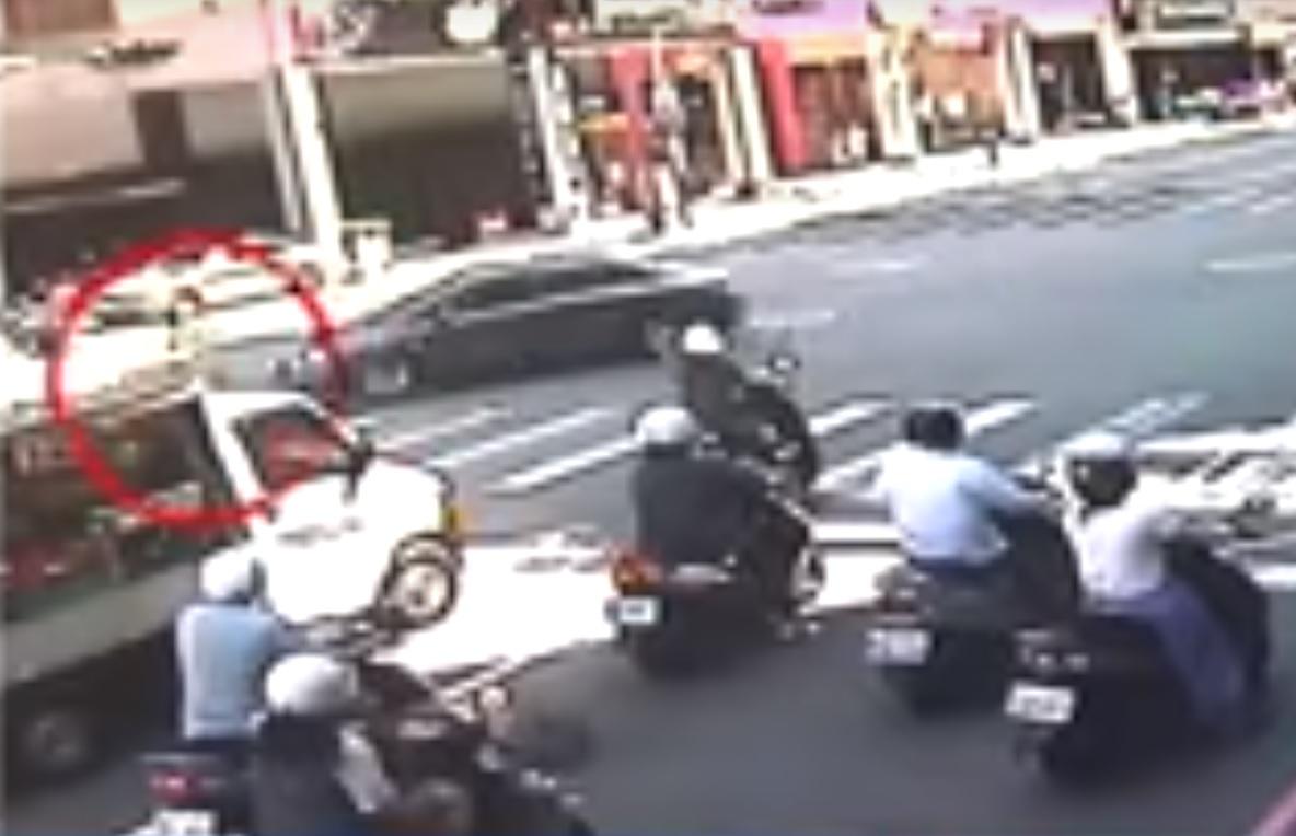 老婦被私家車輾過後,拖行10米不治。閉路電視畫面截圖