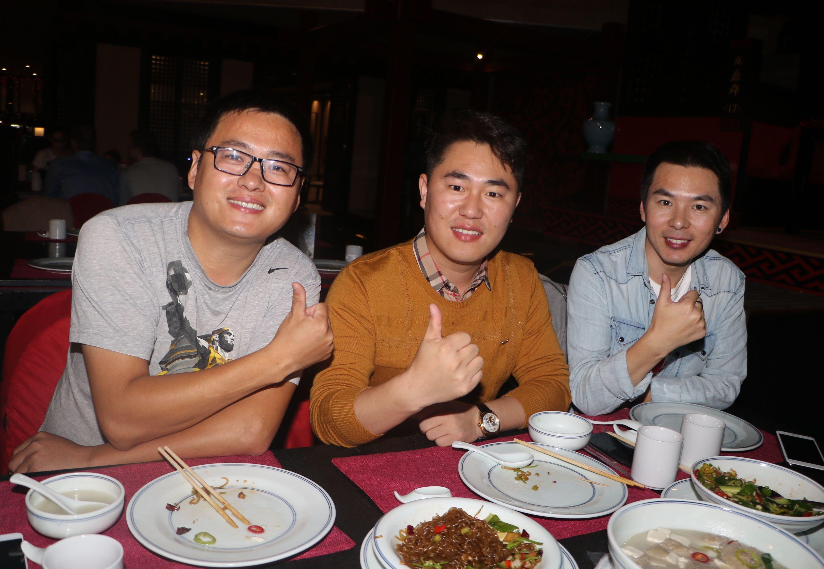 來自中國的球迷曾先生(左)大呼選美好正。