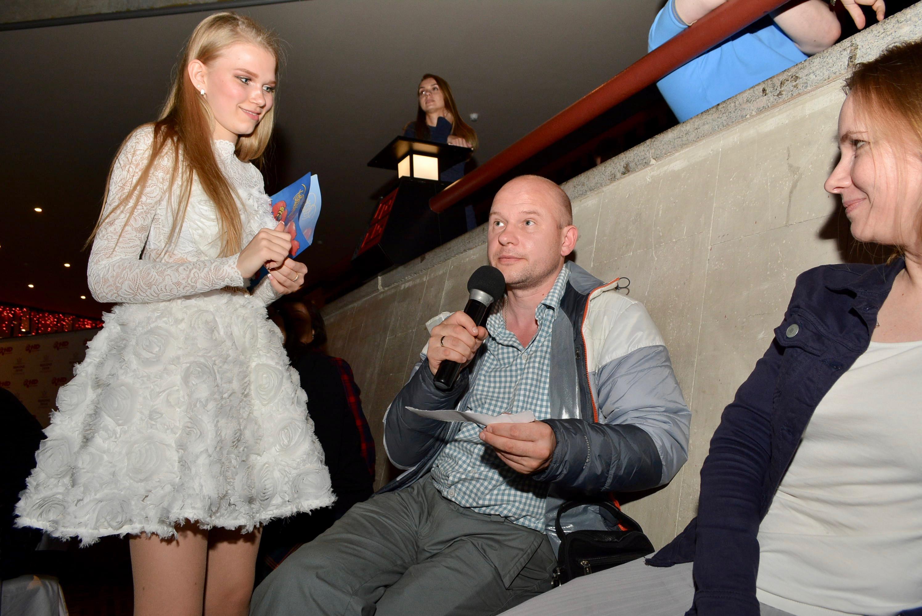 台下觀眾在問答環節圍繞世界盃問題質詢佳麗。