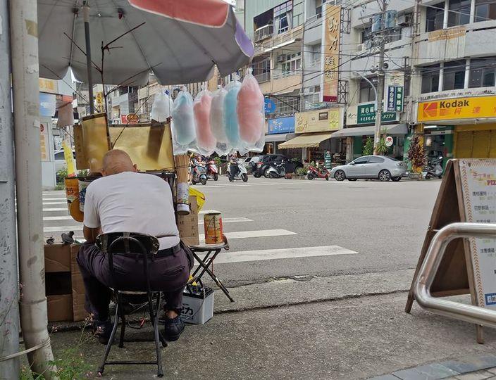 90歲的棉花糖老伯在街頭擺檔,為生活糊口,但近日遭舉報被警察罰款而不敢再擺檔。