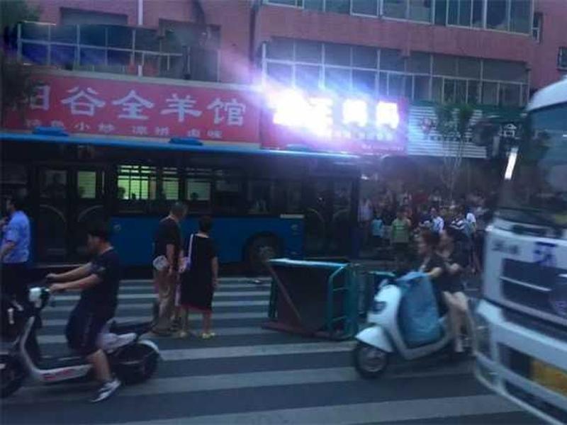 巴士溜後滑行壓倒路人,釀2死2傷。(網圖)
