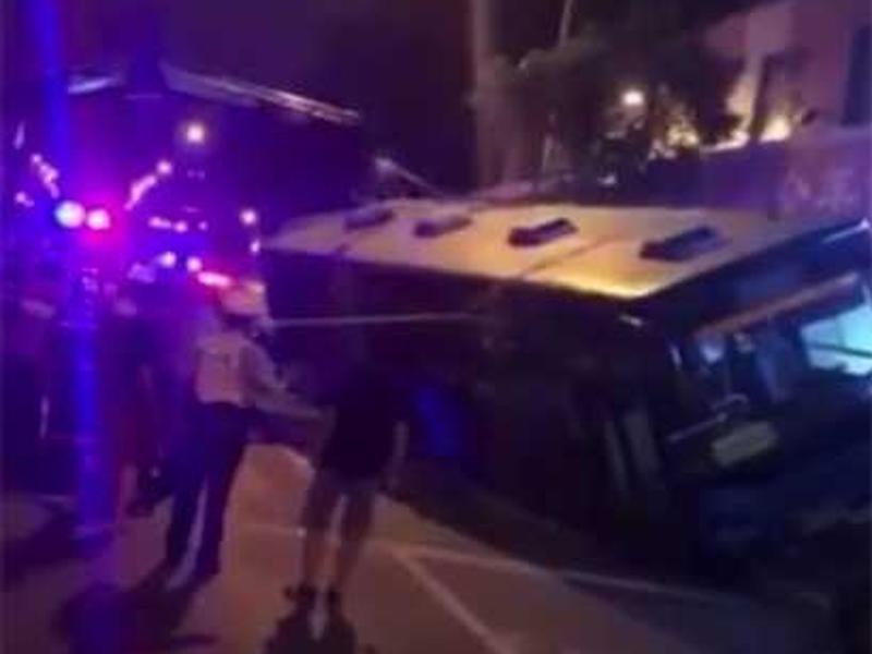 現場數十名市民曾用繩試圖將巴士拉離行人路。(網圖)