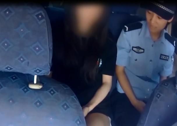 涉事年輕女子被警員帶返派出所問話。(網圖)