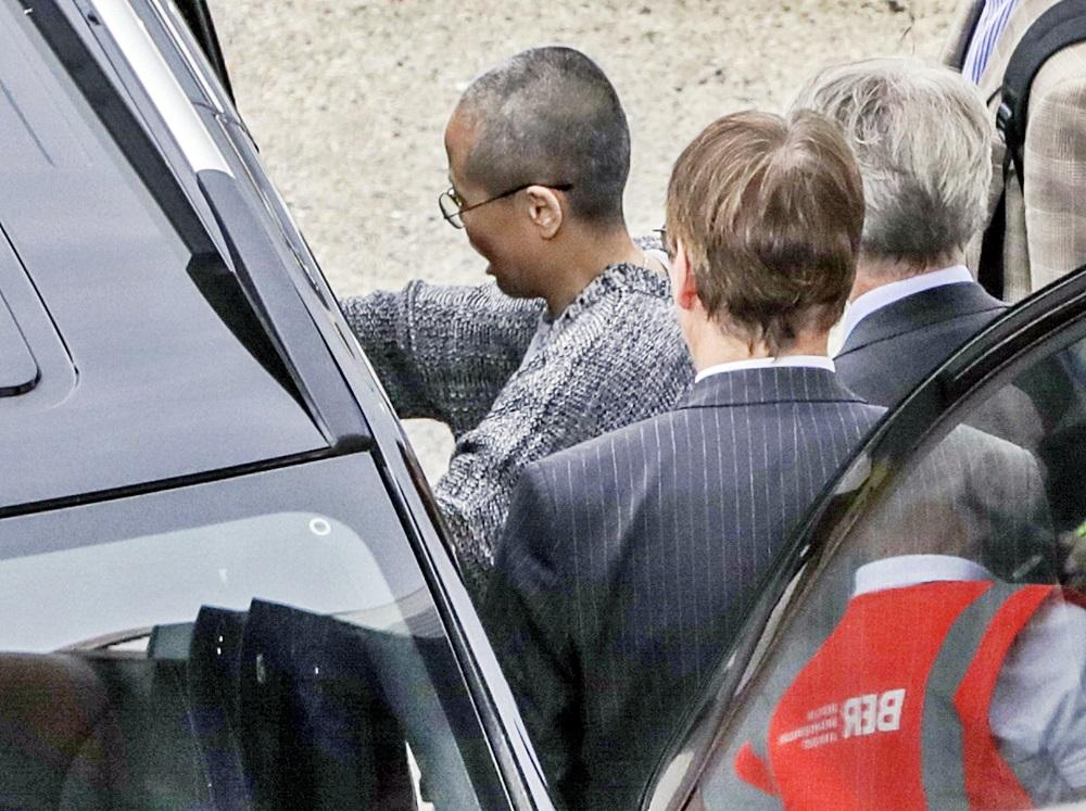劉霞飛抵柏林後,在機場停機坪上立刻被一輛黑色廂型車接走。