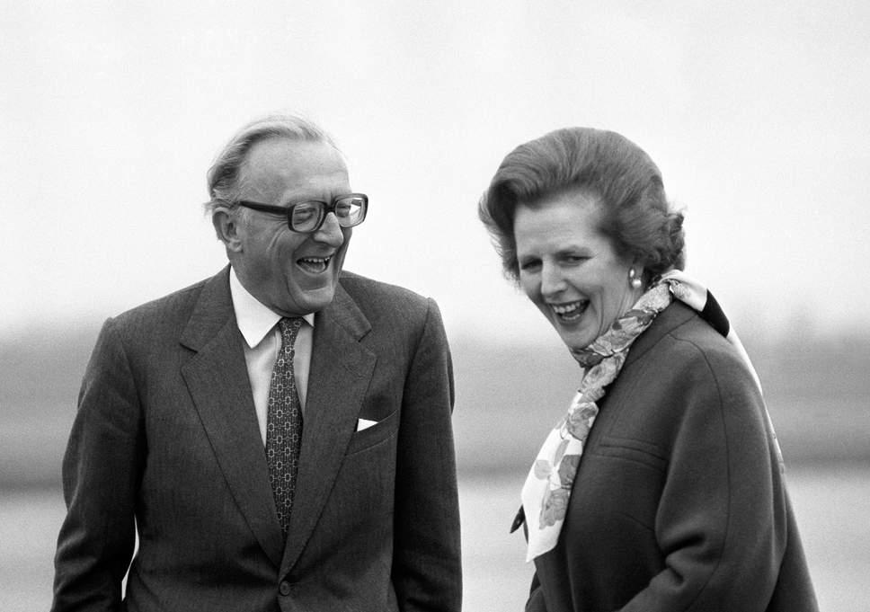 戴卓爾夫人曾委任卡靈頓為外相,最大成就是協助游說非洲羅德西亞交戰各派停火,建立津巴布韋。