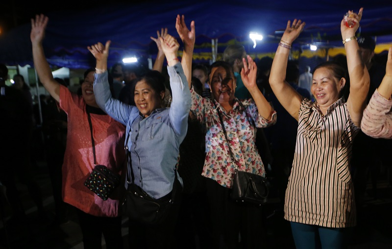 少足隊13人全數救出後,民眾歡呼。AP