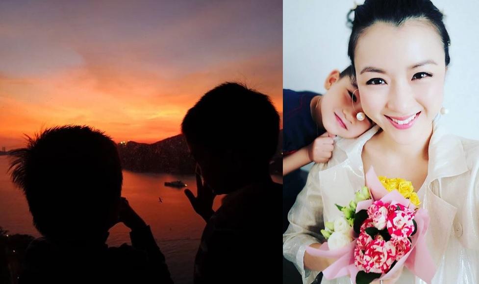 相中見Aimee兩位寶貝仔的背影照,可見兩人都被紫紅晚霞的景象深深吸引。