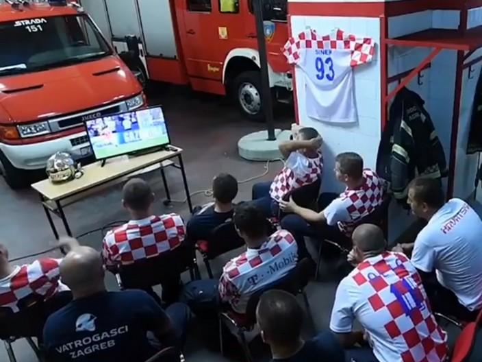 原本所有消防員都在看球賽。影片截圖