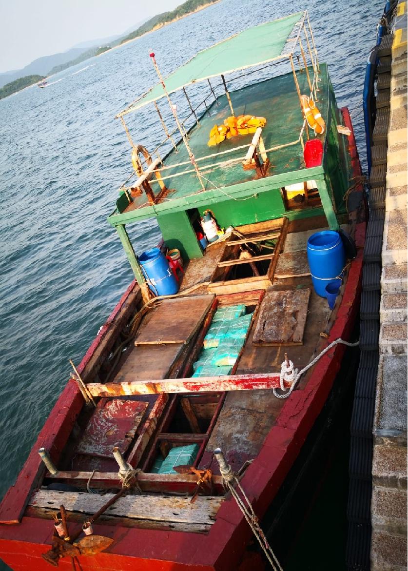 水警截獲一艘可疑漁船。 警方圖片