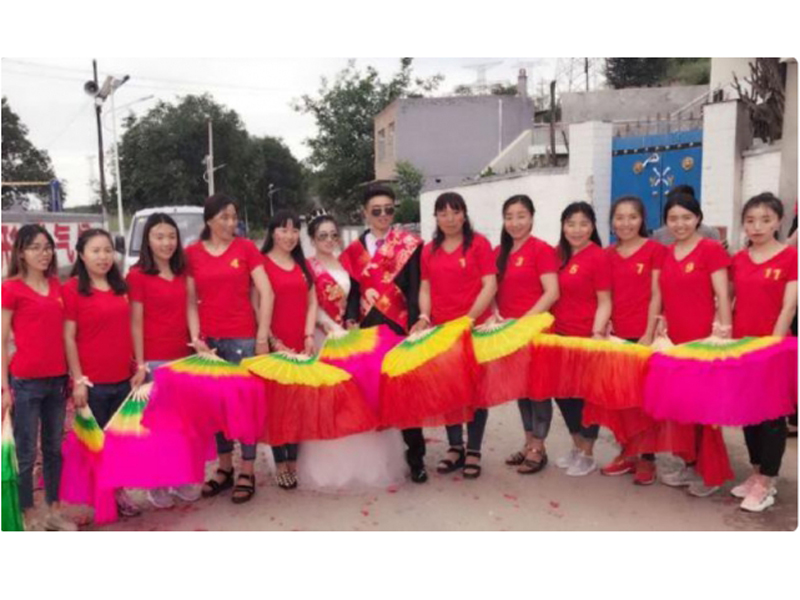 婚禮上,高浩珍的11個姐姐,穿上了訂制的同款衣服,為家中最小的弟弟送上祝福。(網圖)