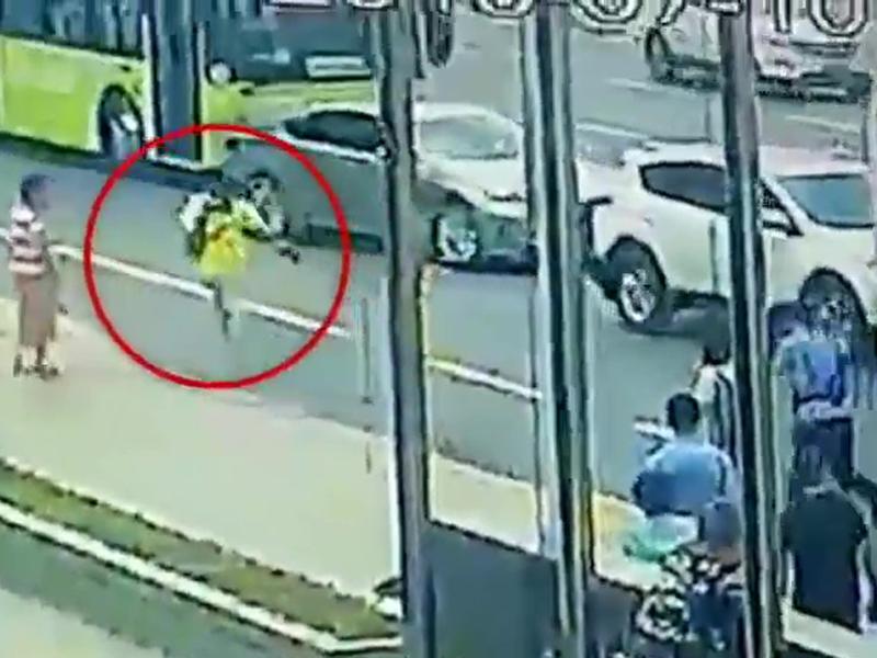 閉路電視拍到女子逃跑一幕,輔警從後追捕。(網圖)