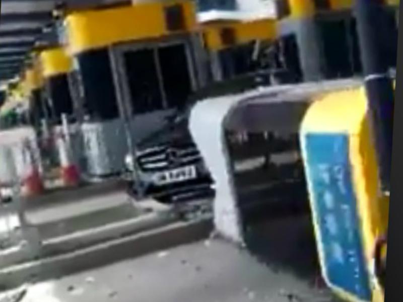 青嶼幹線收費亭遭私家車撞冧。網上圖片